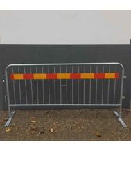 Bild av kravallstaket med t-fot samt röd/gul markering.