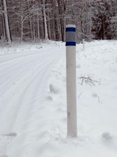 sidomarkeringstolpe i vintermiljö