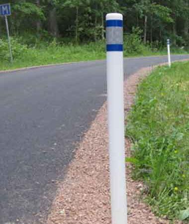 sidomarkeringstolpe vid vägkant. Ekonomisk lösning för tydlig markering av väg.