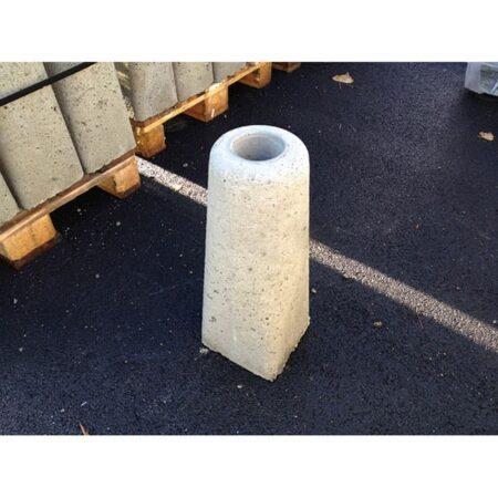 betongfundament detaljbild som fäste för stolprör