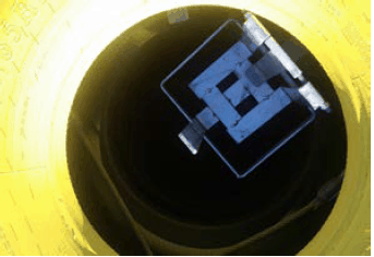 Om batterilåda används så ska den monteras på gängstång i mittentraven
