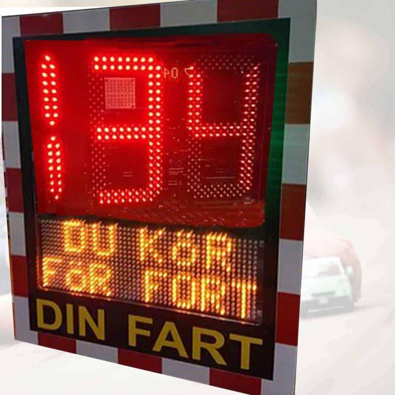 hastighetstavla smiley med text du kör för fort